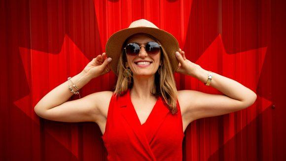 Eine Frau mit Strohhut und rotem Kleid.