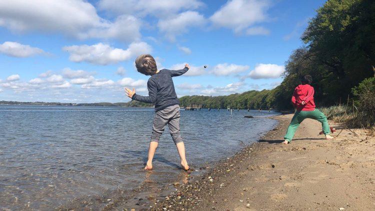 Kinder toben am Wasser