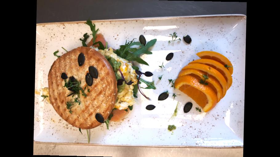 Panini mit Ei und Salat