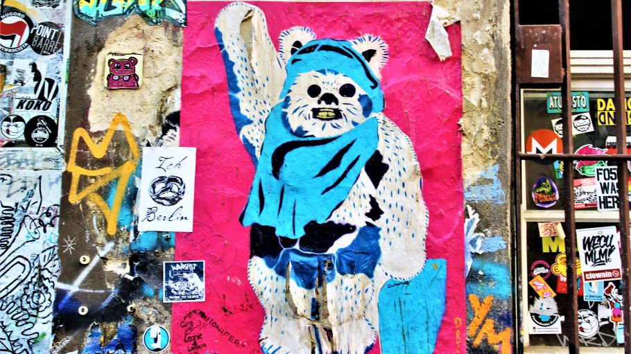 Graffiti Bär auf pinkem Hintergrund