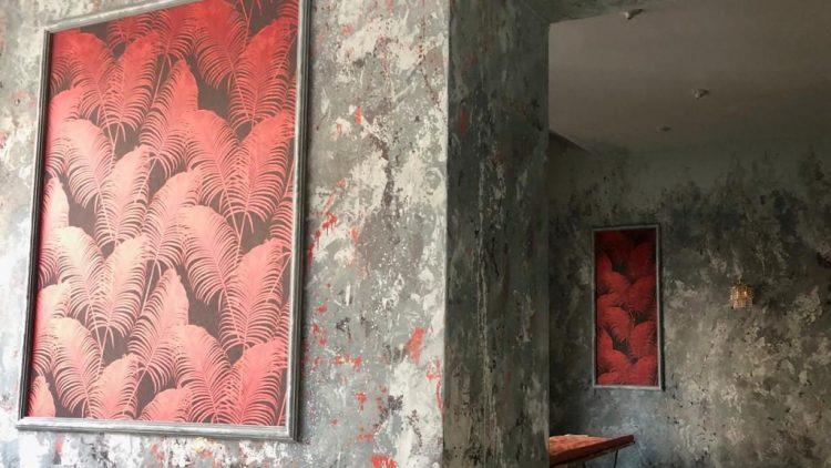 Innenräume des Globe mit Erdbeerbild an der Wand.