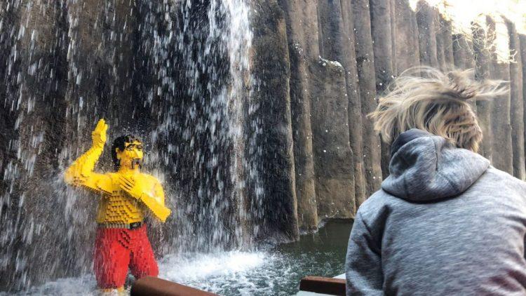Kind vor Wasserfall im Legoland
