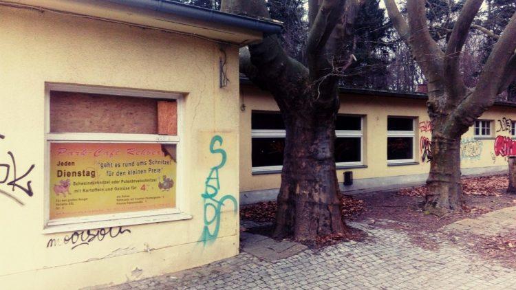 Das geschlossene Parkcafé Rehberge von außen.