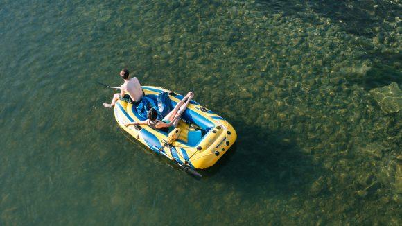 Schlauchboot mit Paar auf dem Wasser