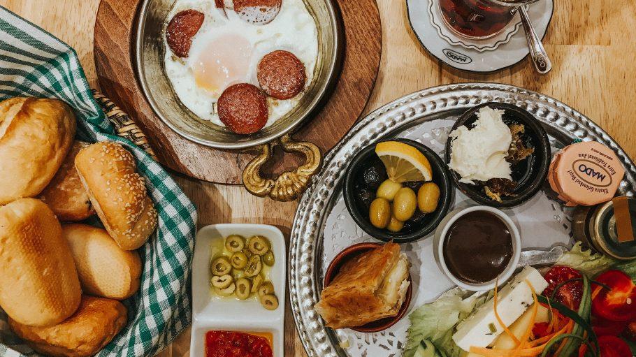 Türkisches Frühstück mit Sucuk und Oliven