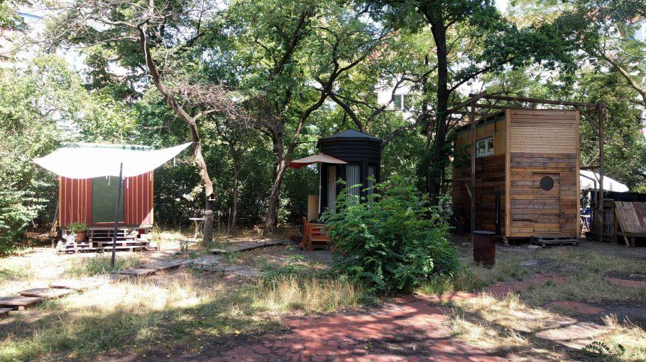 Drei kleine Häuser im Grünen