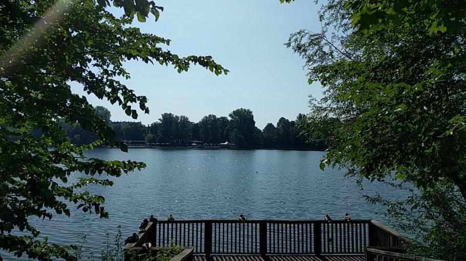 Der Weiße See mit Bäumen drumherum