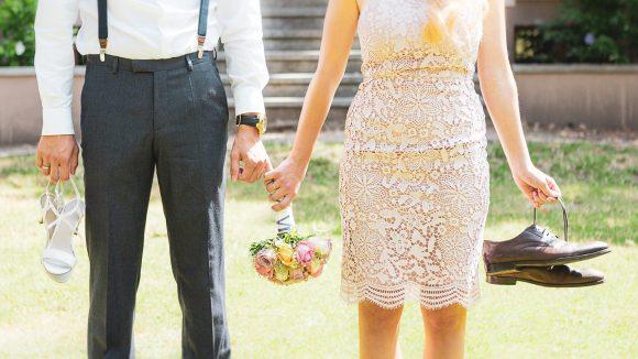 Boho-Style Brautpaar mit Brautstraße und Schuhen fotografiert von Jörg Unkel.