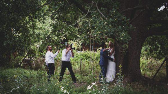 Brautpaar unter einem Baum beim Fotoshooting mit Jörg Unkel.