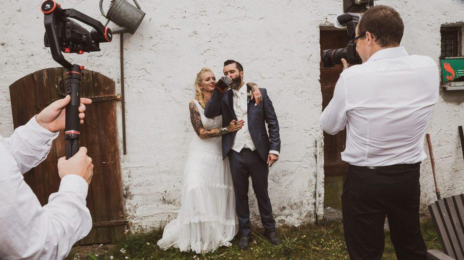Brautpaar vor einer weißen Wand beim Shooting mit Jörg Unkel.