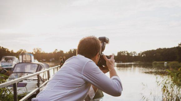 Jörg Unkel von den Hauptstadtfotografen beim Shooting am Wasser.