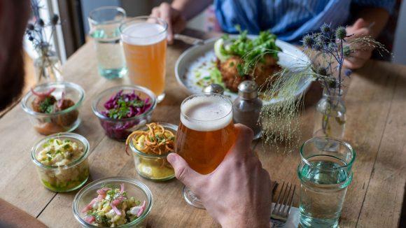 Berliner Happas und jede Menge (Craft) Bier bekommst du im Lausebengel im Graefekiez.