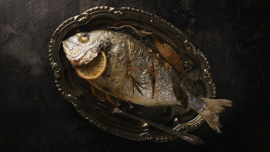 Fisch auf einem Tablett