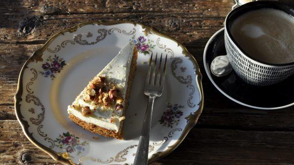 Kuchen und Kaffee auf Vintage Geschirr im Kranhaus Berlin