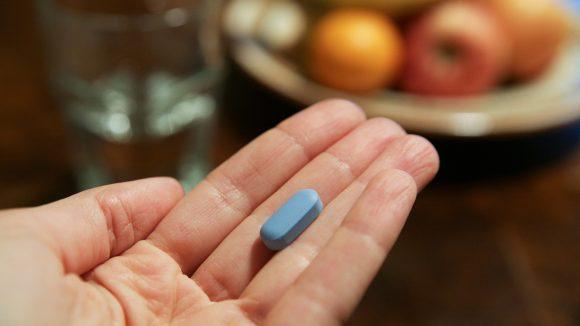 Blaue Tablette auf einer Hand