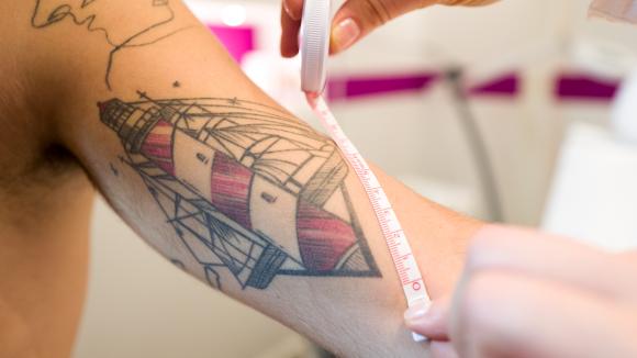 Bild von Tattoo mit Maßband dran