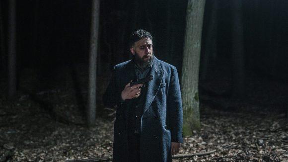 Kida Khodr Ramadan als Tony Hamady mit einer Waffe im dunklen Wald...