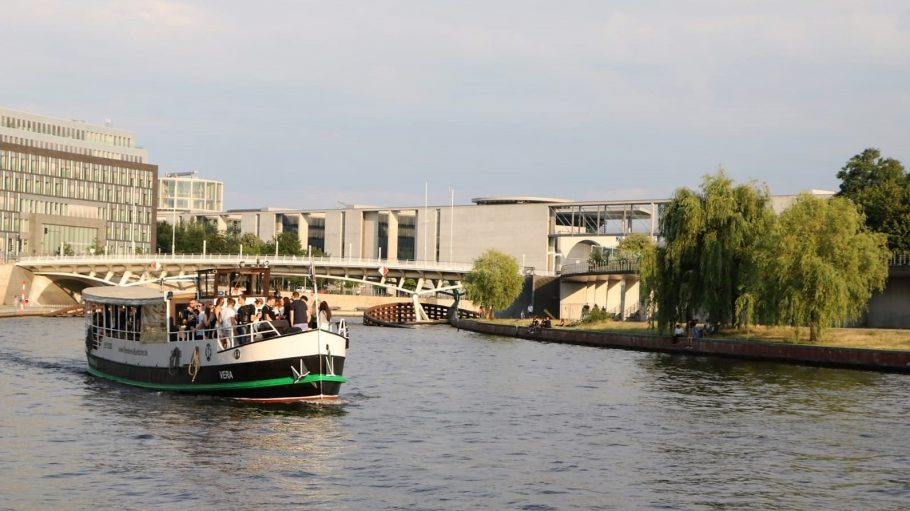 Boot Vera der Reederei Böttcher auf der Spree in Berlin bei Sonnenschein.