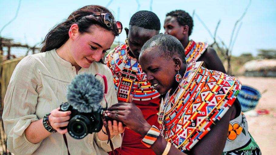 Maria Ehrich in einem Frauen-Dorf in Afrika.