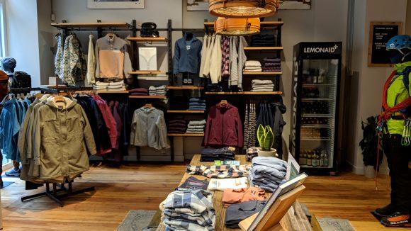 Ein Store Innen mit Klamotten und viel Holz.