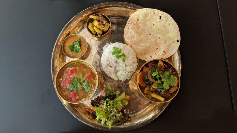 Ein Teller mit kleinen Gerichten rund um einen Reisball.