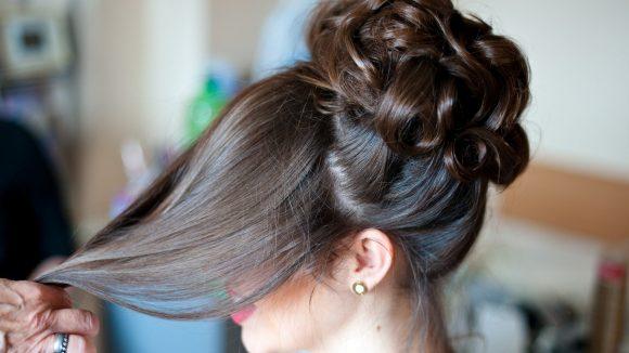 Braut mit dunklen Haaren bei Styling von Alice Speer