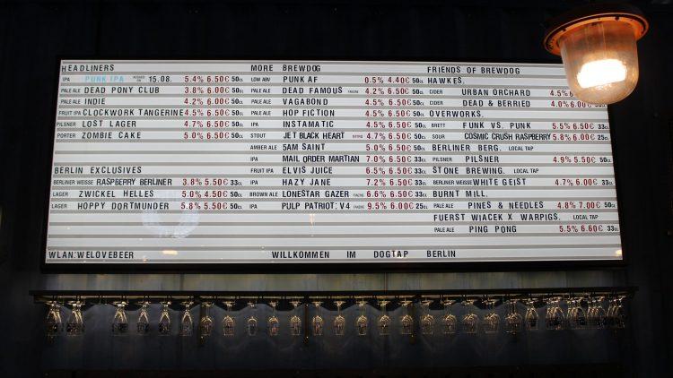 Große weiße Tafel mit Bierangebot im BrewDog DogTap Berlin