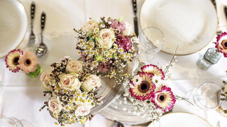 Ob Rosen oder Gänseblümchen, rosa-rote oder grün-weiße Blumendeko: Ein Profi weiß, wie man sie perfekt arrangiert.