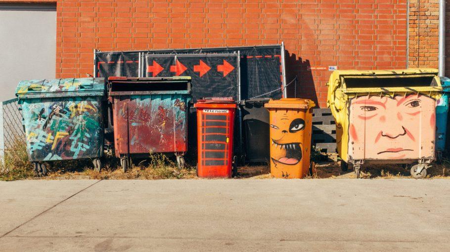 Mülltonnen mit Graffiti besprüht