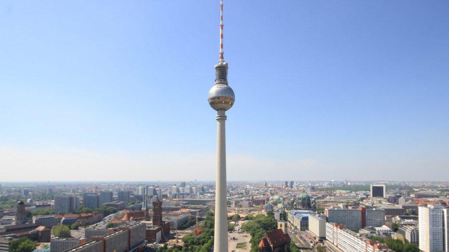 Blick auf den Fernsehturm am Alex und Berlin