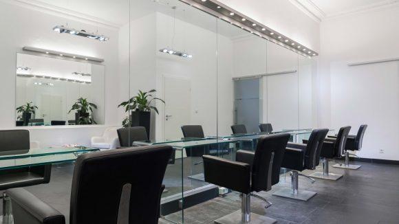Frisierstühle und Spiegel im Salon von Cenk Zerdeli
