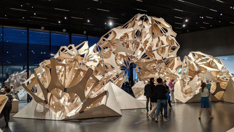 Wabenähnliche, verschlungene Konstruktion steht im Museum Futurium in Berlin