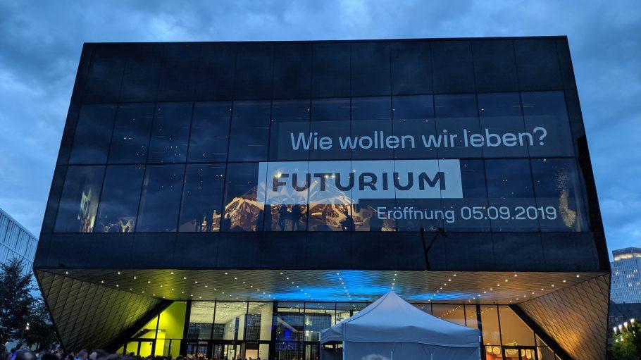 Rechteckiger, futuristischer Bau des Futurium in Berlin, darüber wolkiger Abendhimmel