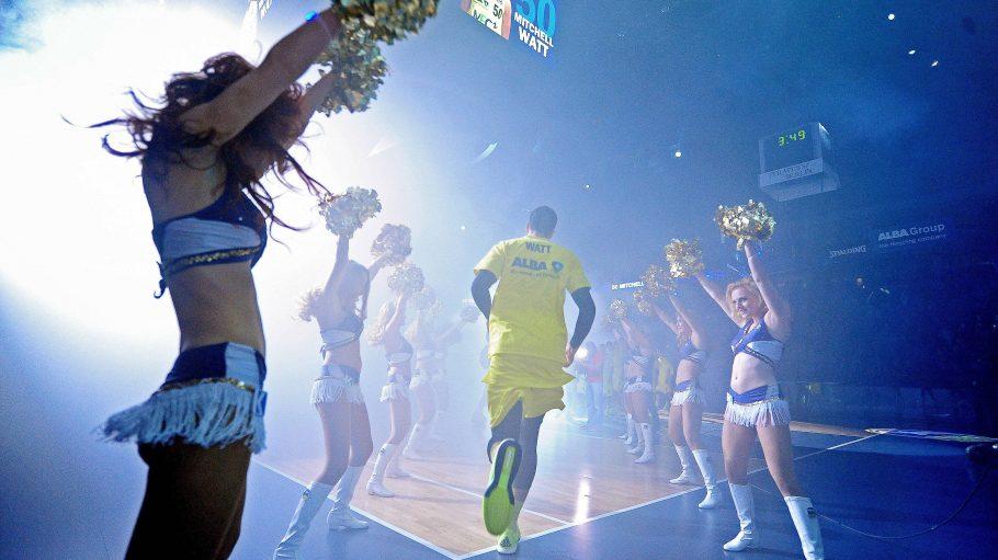 Alba Dancers stehen Spalier für Basketballer