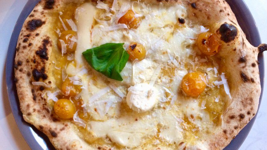 Neapolitanische Pizza im Sud in Kreuzberg mit Tomate, Basilikum und Fior di Latte