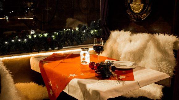 Tisch und Bänke auf einem Boot weihnachtlich geschmückt