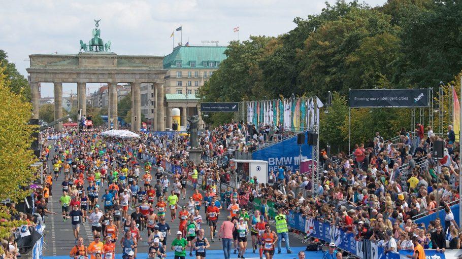 Viele Läufer vor dem Brandenburger Tor beim Berlin Marathon 2018.