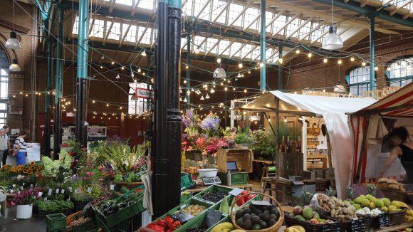 Obst und Gemüsestand in der Markthalle Neun.