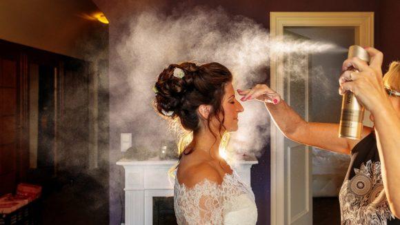 Braut deren Haare von Alice Speer gestylt werden mit Haarspray.