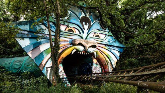 Achterbahn Spreeblitz: Tunnel mit Achterbahn in Form eines bunten Katzenkopfes