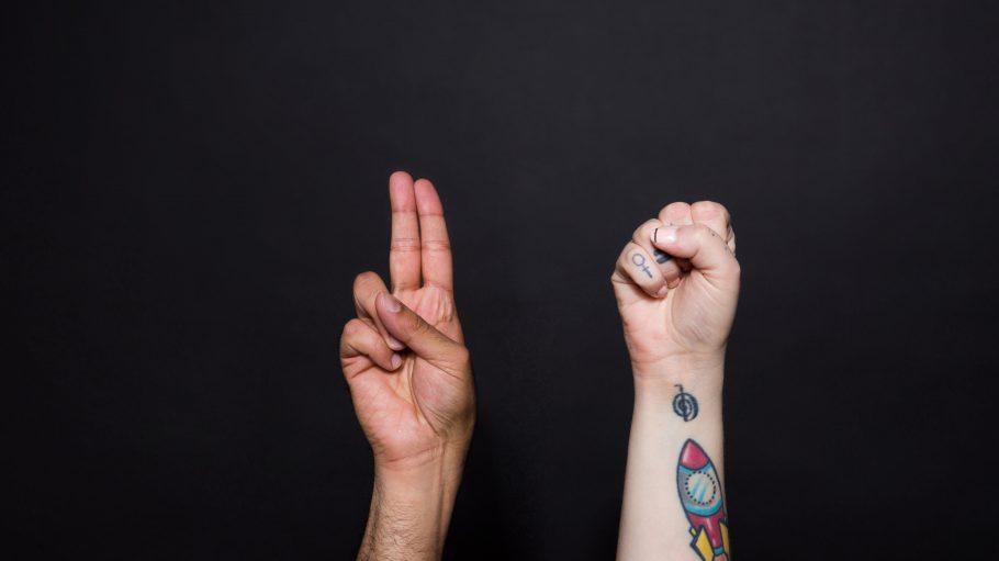 Zwei Hände die etwas deuten.