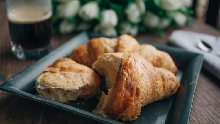 drei Croissants auf einem Teller