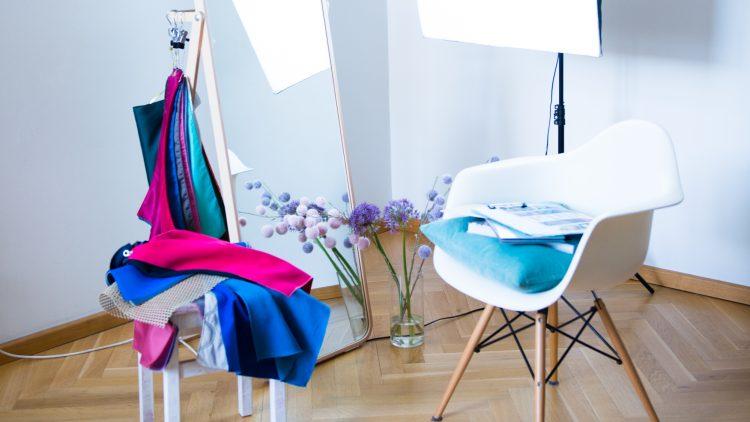 Farbberatung in Berlin mit Tüchern und Stuhl vor Spiegel