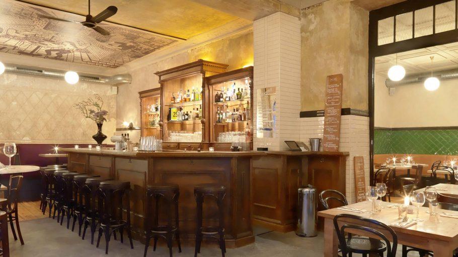 Eine Bar mit Albau und Holztresen.