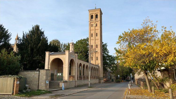 Bornstedter Kirche, mit schmalem Turm im italienischen Stil und Bogengang