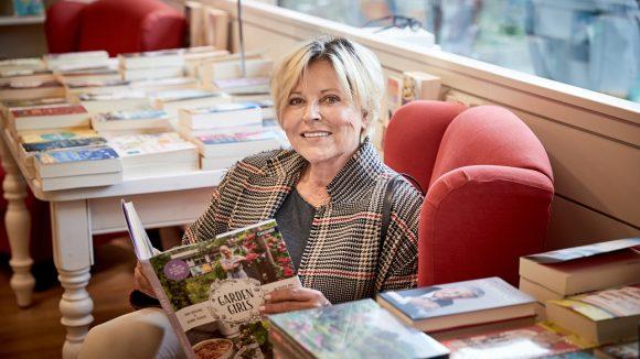 Elisabeth Herrmann liest derzeit viele Gartenbücher: Im Spreewald kann sie den grünen Daumen bald gebrauchen.