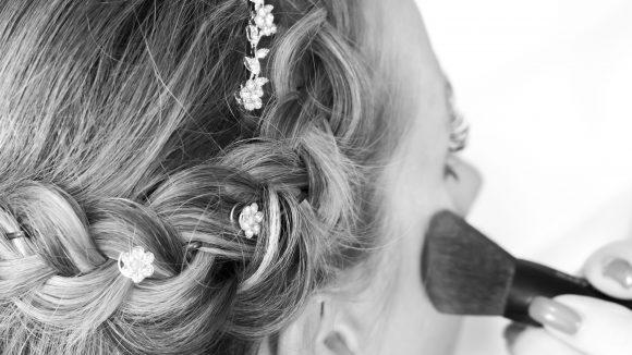 Nahaufnahme Flechtfrisur Braut in schwarzweiß