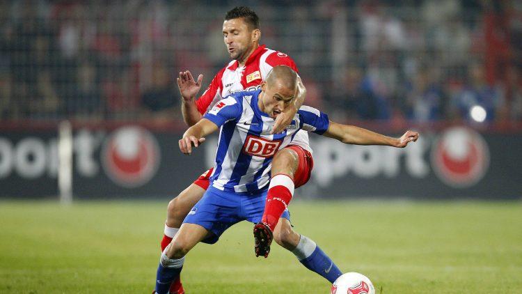 Hertha-Spieler und Union-Spieler im Kampf auf dem Fußballfeld