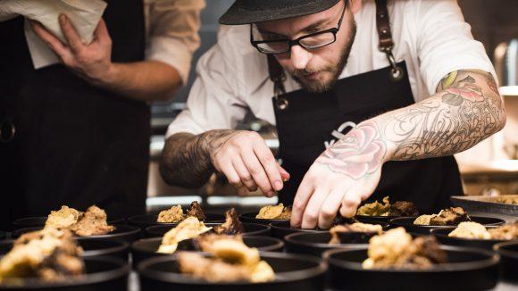 Koch mit Cap beim Anrichten bei der Berlin Food Week