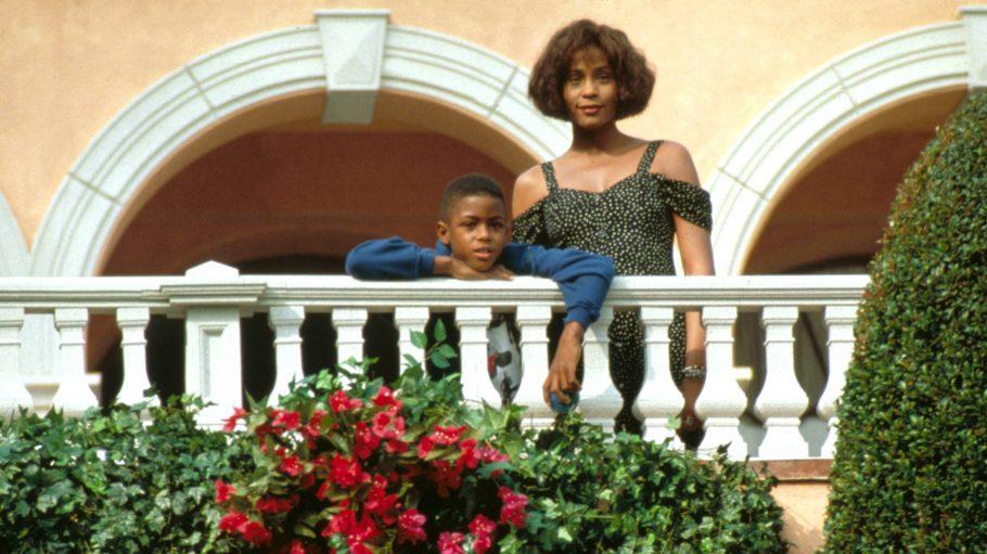 """Whitney Houston in """"Bodyguard"""" auf dem Balkon mit Filmsohn."""